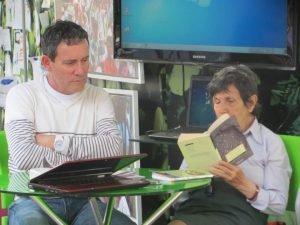 Aura leyendo a Neruda en el Stand de Maestros Gestores (2013)